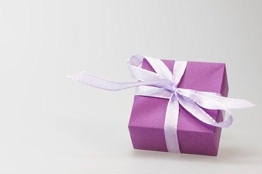Kostenloses Stock Foto zu lila, geschenk, box, band