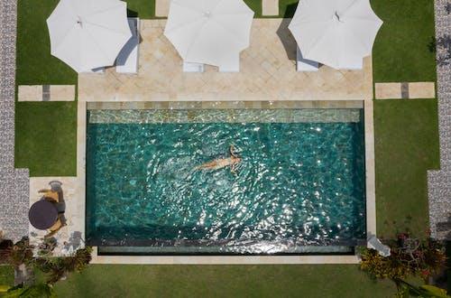 Gratis stockfoto met aan het liegen, anoniem, bij het zwembad, bikini