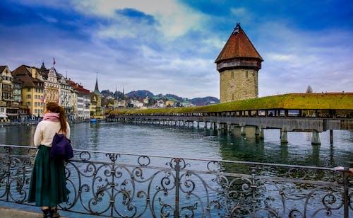 Gratis stockfoto met architectuur, attractie, bergen, brug