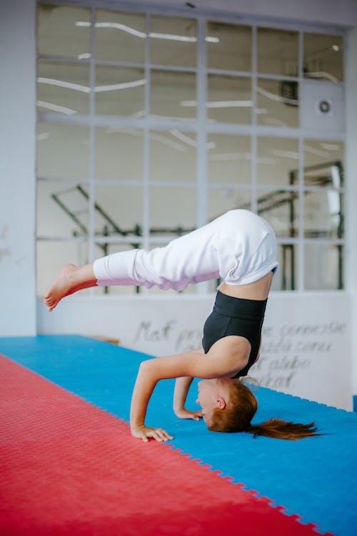 Wanita Yang Berlatih Yoga Berpose Urdhva Dandasana