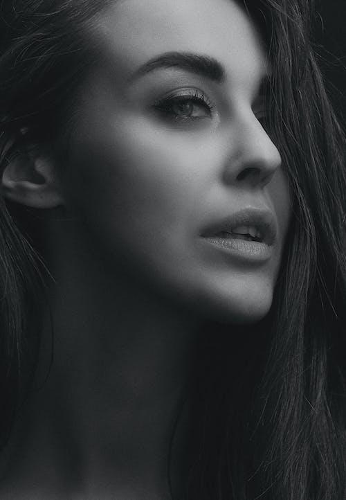 Darmowe zdjęcie z galerii z девушка, лицо, монохромный, прекрасный