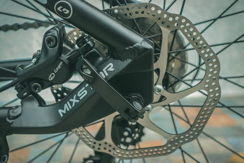 Detail kotoučových brzd na horském kole