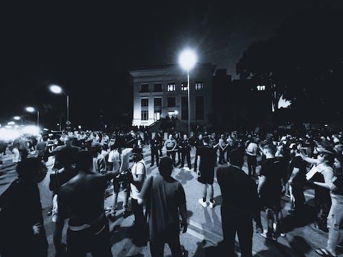 aktivizm, demo, gri tonlama, insanlar içeren Ücretsiz stok fotoğraf