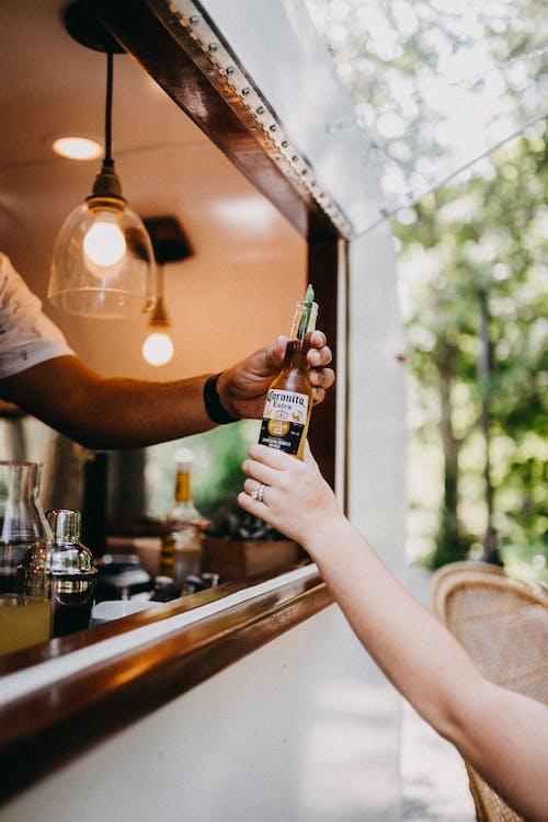 H2O, 人, 啤酒, 啤酒瓶 的 免费素材图片