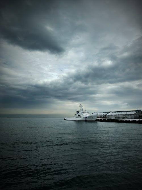 Gratis lagerfoto af grå himmel, hav, himmel