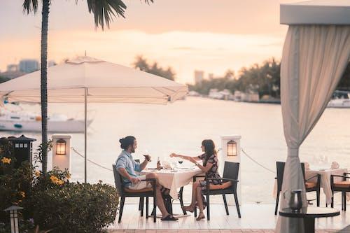 Fotos de stock gratuitas de Buena cena, comiendo fuera, noche de cita, Pareja