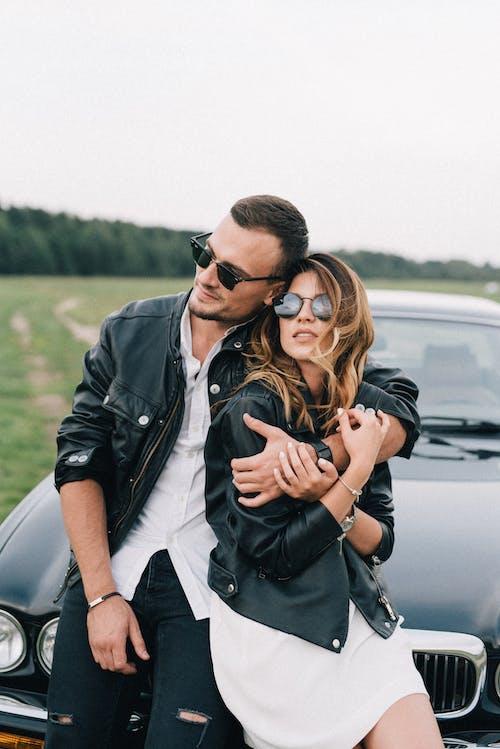 Gratis stockfoto met aanschouwen, affectie, andere kant op kijken, auto