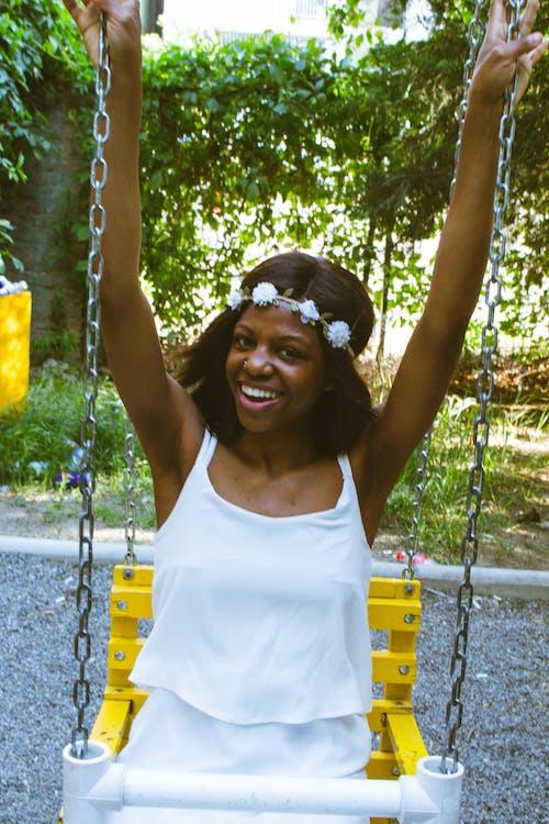 Безкоштовне стокове фото на тему «toothy smile, афро-американська жінка, брюнетка, веселощі»