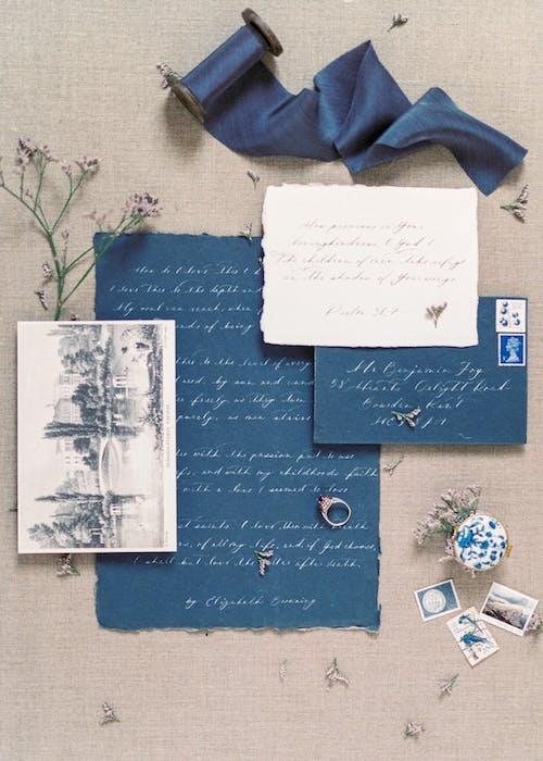 青い布に白いプリンター用紙
