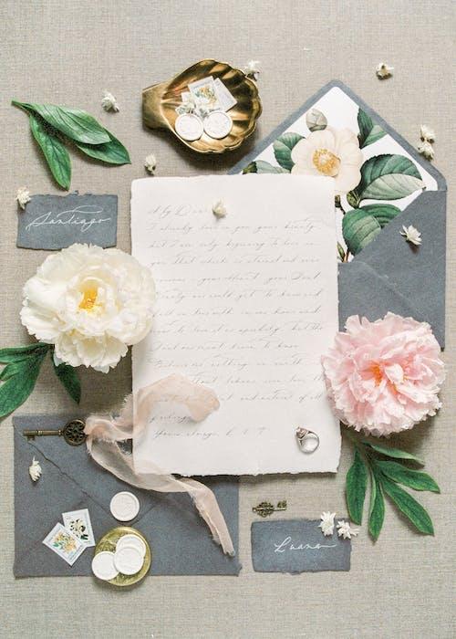 Carta Floreale Bianca Su Tessuto Floreale Grigio E Bianco