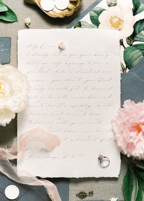 ピンクの花とホワイトペーパー