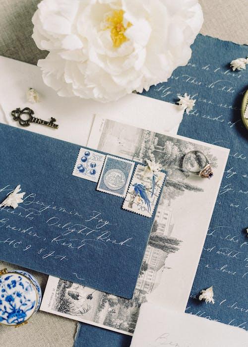 青と白の花のテキスタイルに白いプリンター用紙