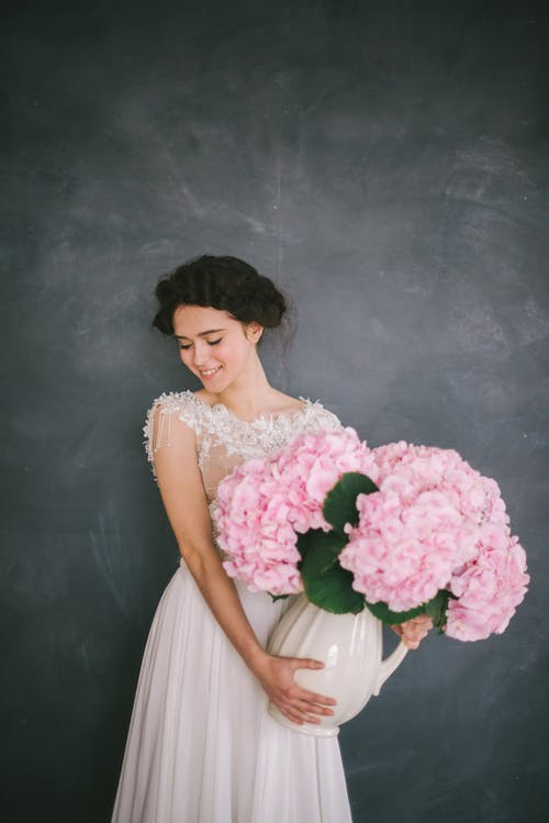 Gratis lagerfoto af blomster, brunette, grå baggrund