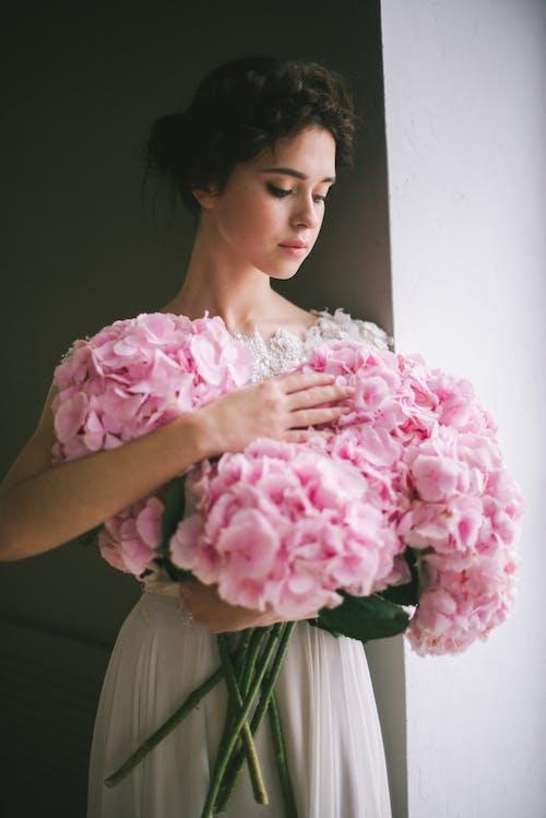 Gratis lagerfoto af blomster, brunette, buket