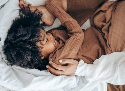 Fotos de stock gratuitas de acogedor, acostado, adentro, afroamericano