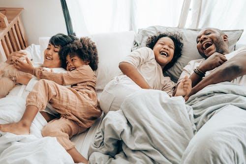 Gratis stockfoto met aan het liegen, affectie, Afro-Amerikaans