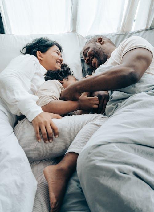 Безкоштовне стокове фото на тему «азіатська жінка, афроамериканський чоловік, батько, вираз обличчя»