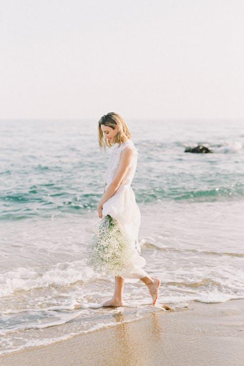 Frau Im Weißen Kleid, Das Am Strand Steht