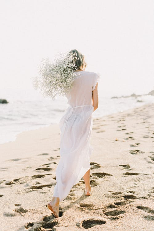 Frau Im Weißen Kleid, Das Am Strand Geht