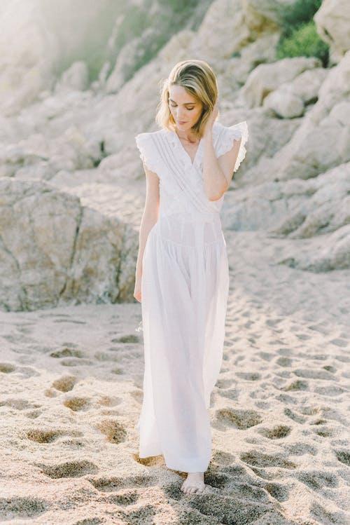 Frau Im Weißen Kleid, Das Auf Weißem Sand Steht
