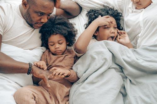 Kostenloses Stock Foto zu afroamerikaner, aufsicht, ausruhen, bett