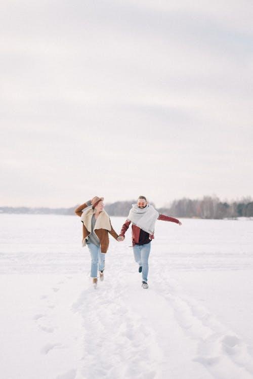 2 Frauen Im Weißen Kittel Gehen Auf Schneebedecktem Boden