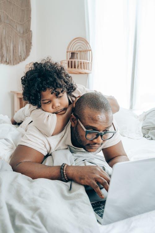 Fotos de stock gratuitas de acostado, adentro, afecto, afroamericano