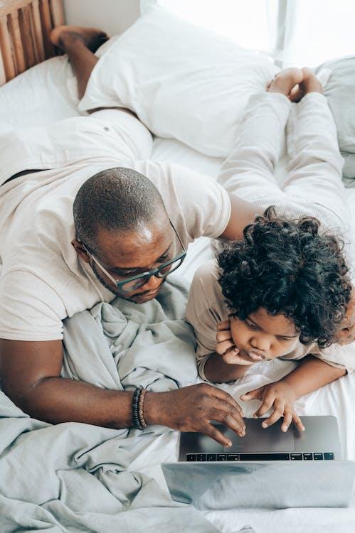 Pais e filhos podem ter um momento de interação durante o home office.