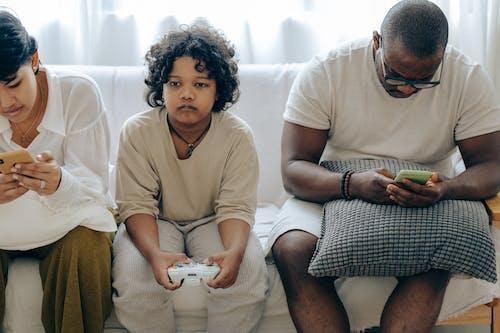 ~을 사용하여, 10대, 가젯, 가족의 무료 스톡 사진