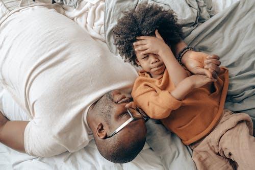 Безкоштовне стокове фото на тему «афроамериканський, батьки, батько, вестибюль»