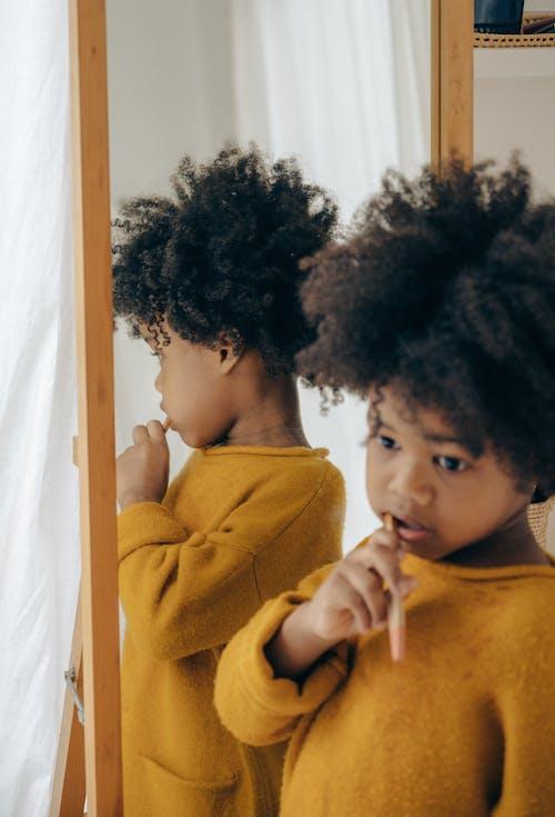 Gratis stockfoto met aanbiddelijk, Afro-Amerikaans, andere kant op kijken, badkamer