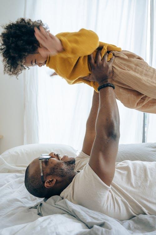 Gratis stockfoto met affectie, Afro-Amerikaanse man, bed