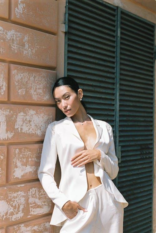 Darmowe zdjęcie z galerii z azjatka, azjatycki, biały garnitur, brunetka