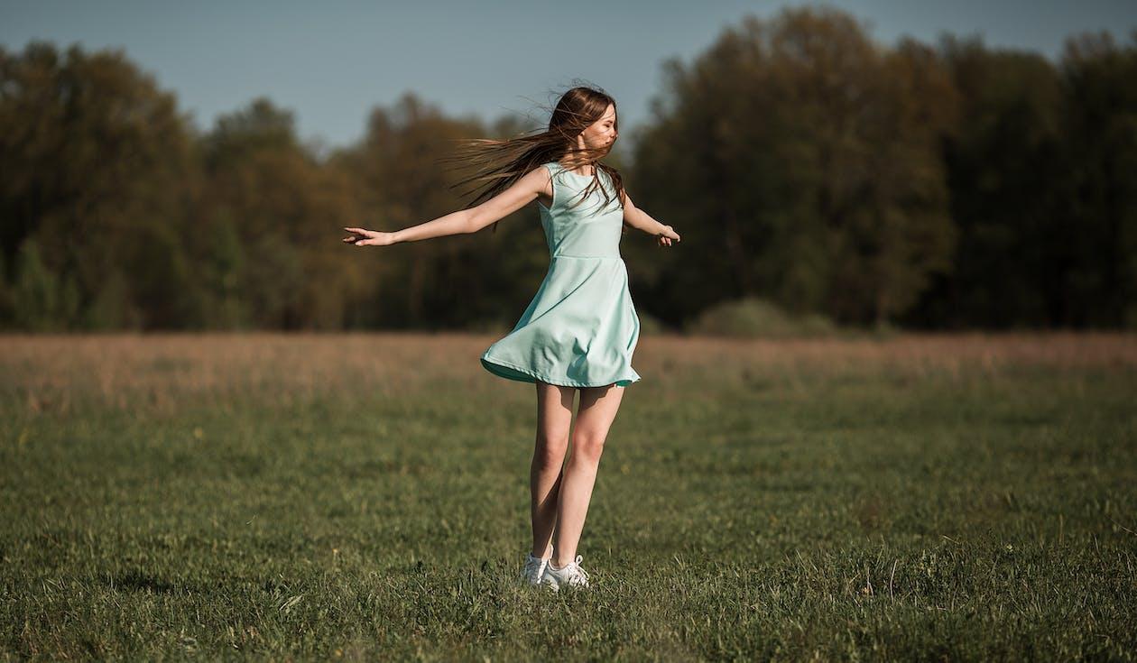 Mujer Joven Positiva Bailando En La Pradera En Día Soleado