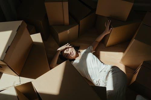 Darmowe zdjęcie z galerii z dom, dziewczyna, karton