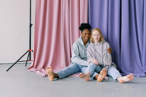 Foto stok gratis bertelanjang kaki, berwarna merah muda, cinta, di lantai