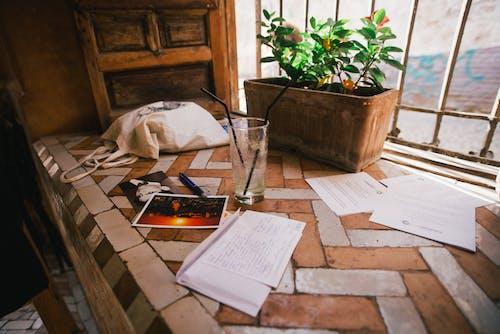 Gratis lagerfoto af bogbind, bogstaver, boligindretning, bord