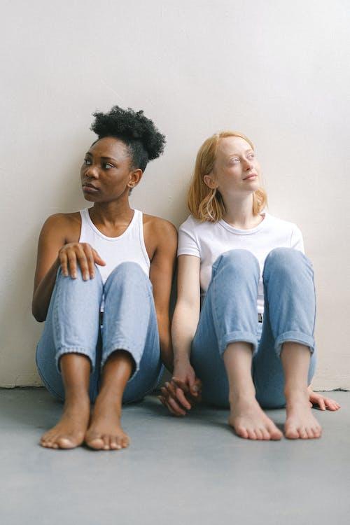 Kostenloses Stock Foto zu afroamerikaner-frau, auf dem boden, barfuß, betonboden