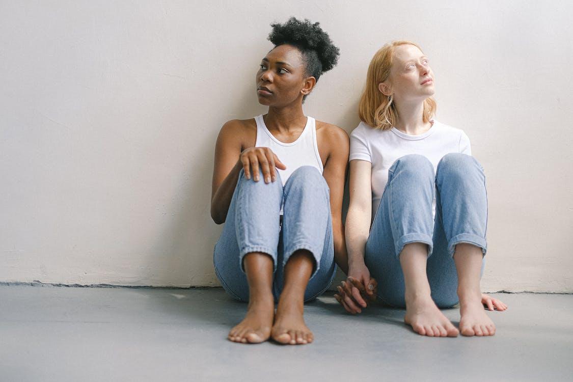 Kostenloses Stock Foto zu afroamerikaner-frau, auf dem boden, barfuß