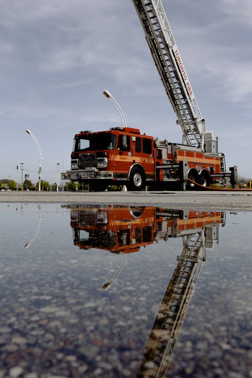 Gratis lagerfoto af brandbil, brandmand, bro, flod