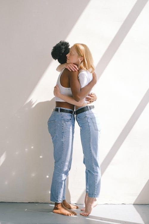 Женщины обнимают друг друга
