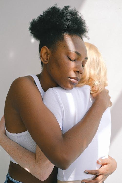 Gratis stockfoto met affectie, Afro-Amerikaanse vrouw, blijdschap, contrast