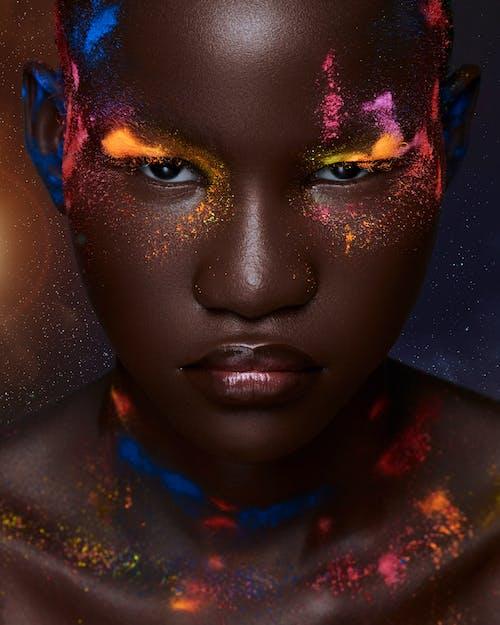 Femme Avec De La Peinture Pour Le Visage Bleu Et Rouge