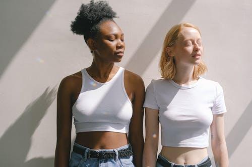 Kostenloses Stock Foto zu afroamerikaner-frau, augen geschlossen, blondes haar