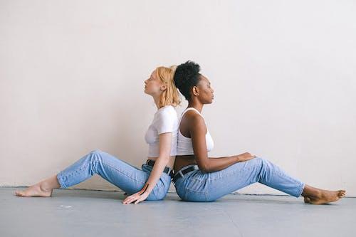 Kostenloses Stock Foto zu afroamerikaner-frau, auf dem boden, augen geschlossen