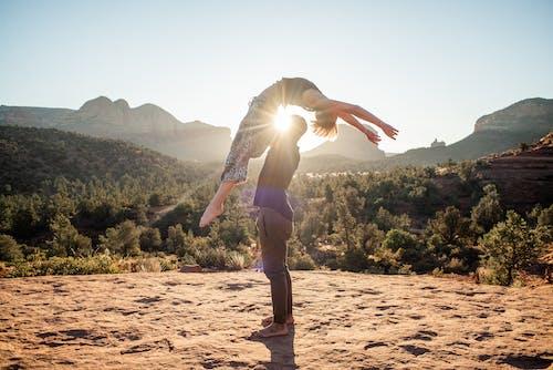 Foto profissional grátis de ação, acro yoga, acro-yoga, acrobático