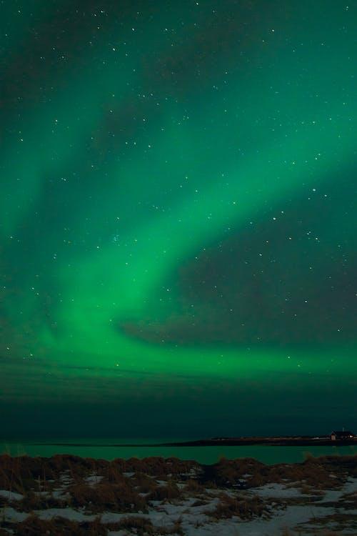 Mar Y Costa Agitada Bajo La Aurora Boreal En Invierno