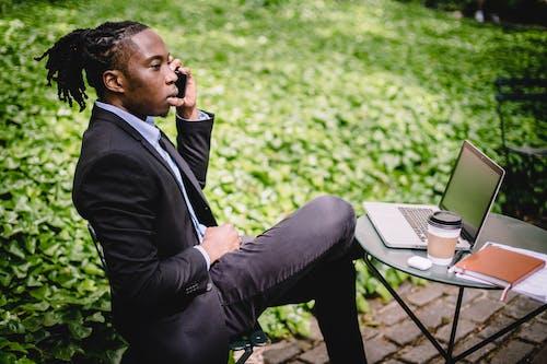 Foto profissional grátis de afro-americano, ambiente de trabalho, ao ar livre