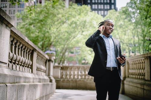 Kostnadsfri bild av afroamerikan, bläddring, chef, dagtid