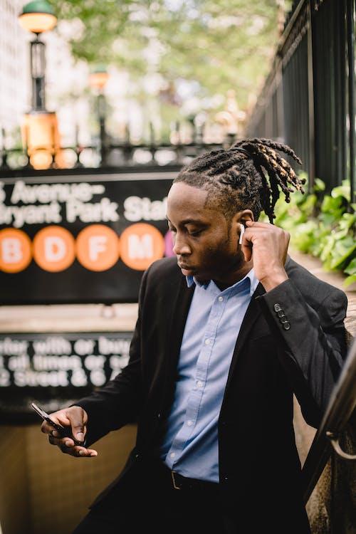 Fotos de stock gratuitas de afroamericano, agente, al aire libre